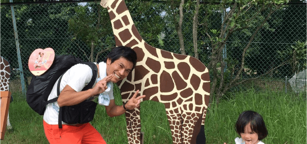 子どもと動物園にいる伊藤